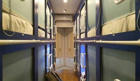 kamar asrama QB Sleep Capsule Hotel